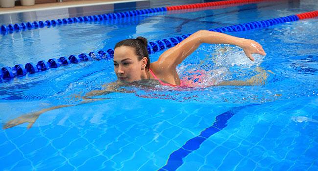 Девушка в басейне