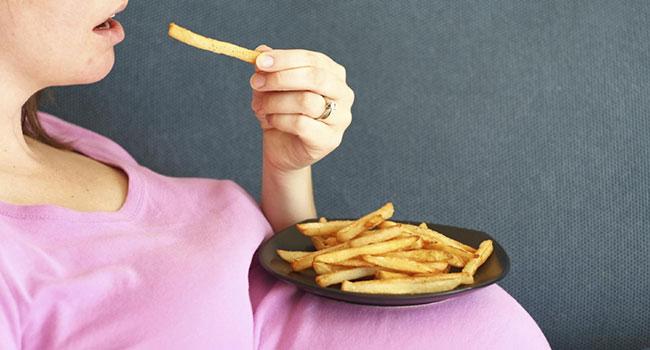 Употребление жирной пищи